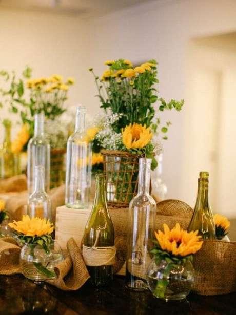 18. Separe garrafas de vidro para compor a decoração da festa tema girassol. Fonte: Pinterest