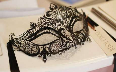 21. Máscara preta para festa baile de máscaras – Via: Capricho