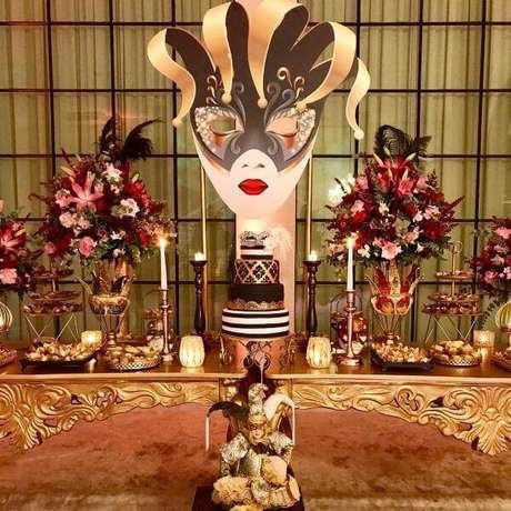 2. Baile de máscaras com decoração dourada e flores vermelhas – Via: Debora Cruz