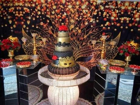 26. Decoração baile de máscaras com decoração em detalhes dourados – Via: Munhos Decoração