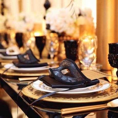 28. Máscaras preta na mesa de jantar para os convidados usarem na festa – Via: Design up Living