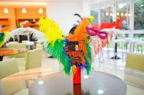31. Decoração colorida inspirada em baile de máscaras – Via: Estilo Carnaval