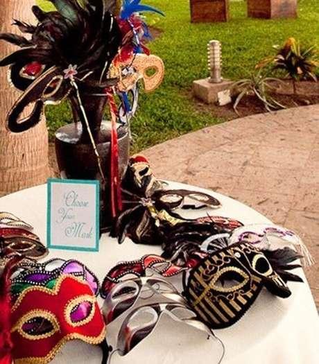 35. Mesa com baile de máscaras – Via: Paraná Noivas