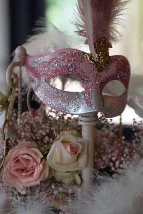 36. Máscara cor de rosa na decoração da festa – Via: Groomsmen Central