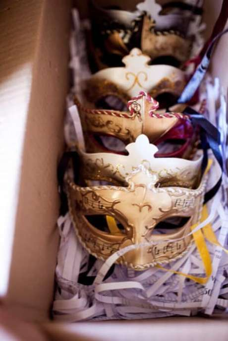 37. Compre lindas máscaras para os convidados – Via: Home and Hevens