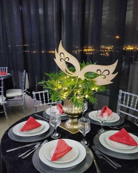 39. Baile de máscara masculino com mesa de jantar personalizada – Via: ND Festas personalizadas
