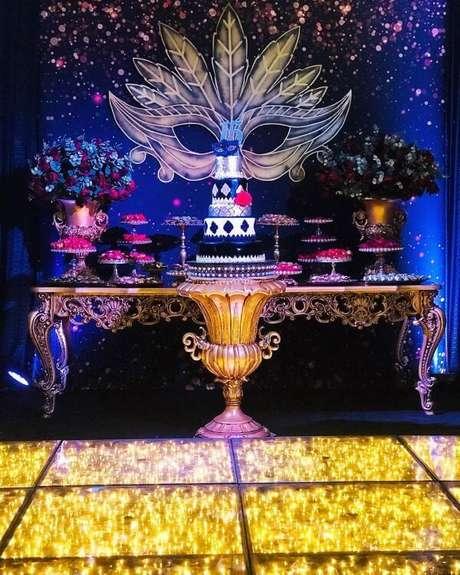 42. Decoração iluminada para baile de máscaras – Via: Santos Decorações