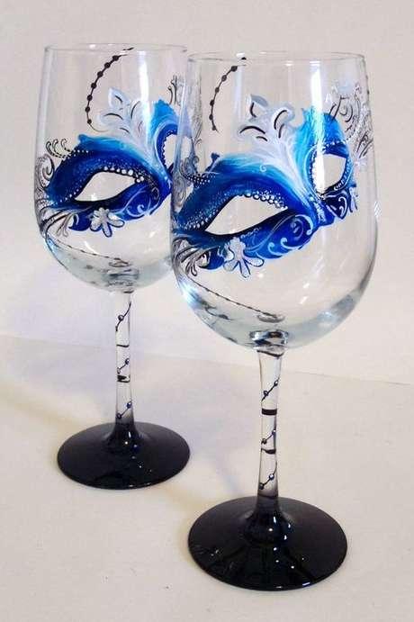 44. Taça personalizada com máscaras azuis lindas para o seu baile de máscaras – Via: Pinterest