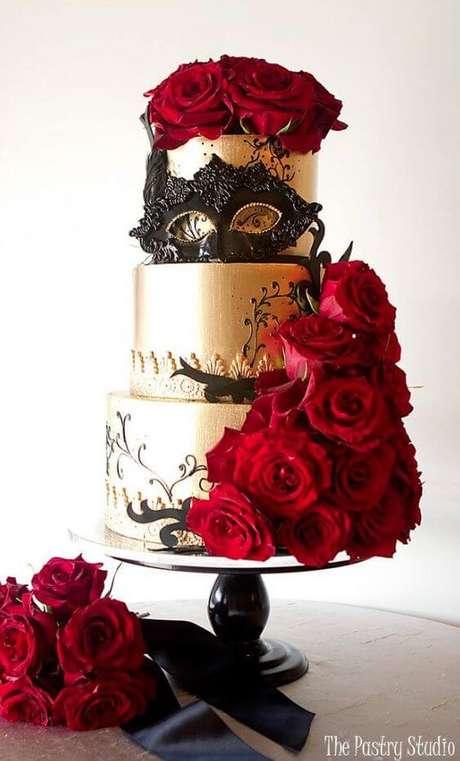 48. Bolo baile de máscaras com rosas vermelhas – Via:The Pastry Studio