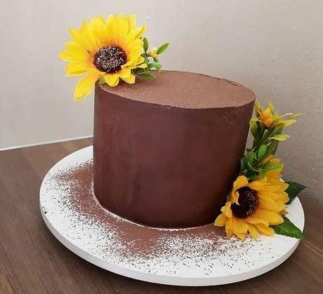 28. Bolo de ganache de chocolate com flores para festa tema girassol. Fonte: Pinterest