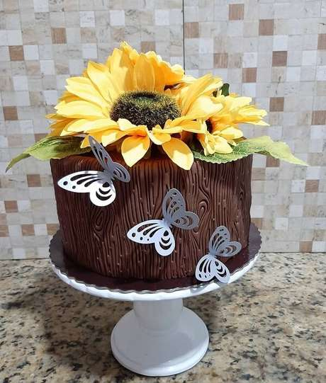 63. Use e abuse da criatividade na hora de montar o bolo para festa tema girassol. Fonte: Locar e Festejar