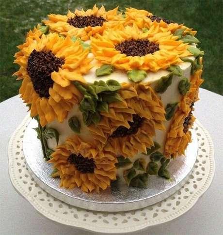62. Diversas flores foram espalhadas pelo bolo para festa tema girassol. Fonte: Pinterest