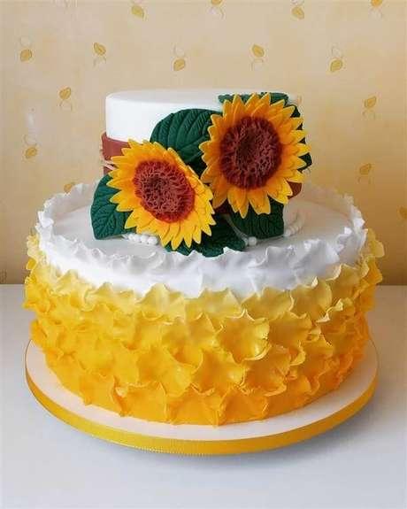 6. Bolo de festa tema girassol feito com pasta americana. Fonte: Pinterest