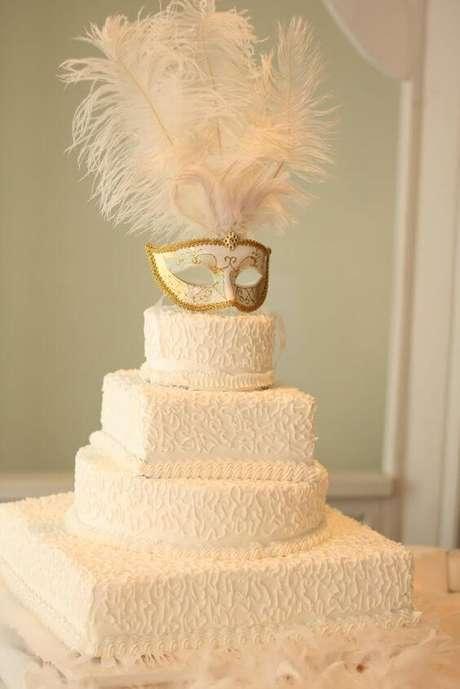 49. Bolo baile de máscaras branco e dourado – Via: Pinterest