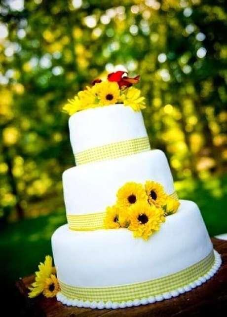 38. Bolo de três andares com flores tema de festa girassol. Fonte: Pinterest