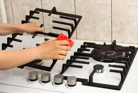 Como limpar a grade do fogão: confira o passo a passo