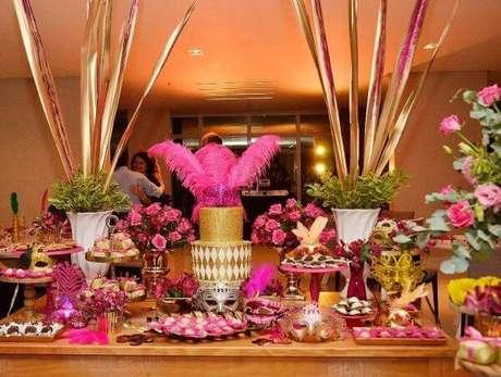 53. Decoração dourada e rosa no baile de máscaras – Foto: Maria Encanto