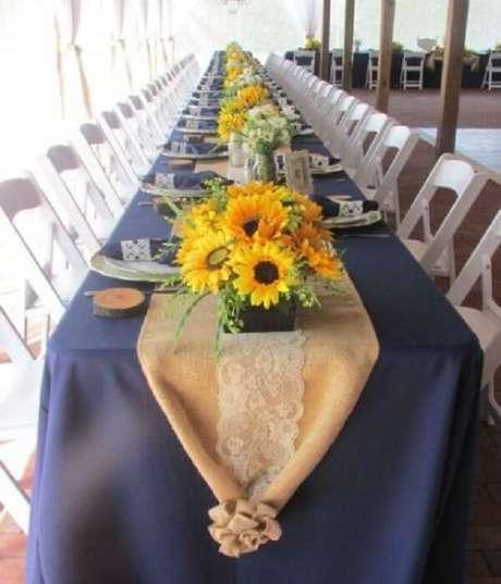 39. Mesa dos convidados decorada com flores para festa tema girassol. Fonte: Detalhes de Casamento