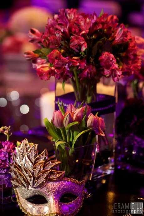 55. Decoração de baile de máscaras com flores cor de rosa – Via: Red Carpet Event and Design