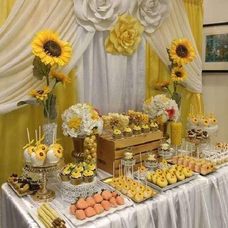 76. Decoração de mesa com caixote de madeira para festa tema girassol. Fonte: Imagens e Moldes