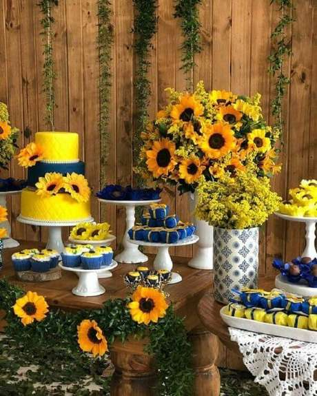 3. Mescle tonalidades na mesa de festa tema girassol. Fonte: Pinterest