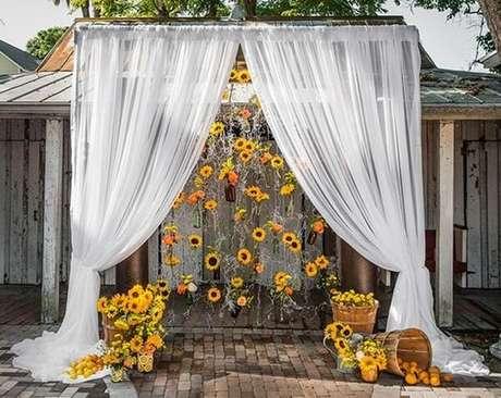 77. Decoração externa com cortina e flores para festa tema girassol. Fonte: Pinterest