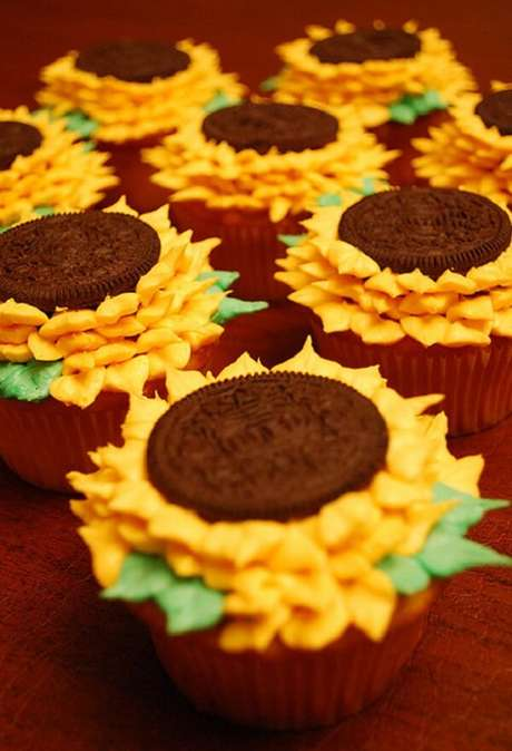 45. Cupcakes criativos feitos com bolachas recheadas decoram a festa tema girassol. Fonte: Pinterest