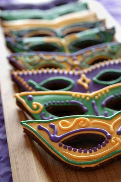 58. Doces para festa baile de máscara colorida e divertida – Via: Lifes a Batch