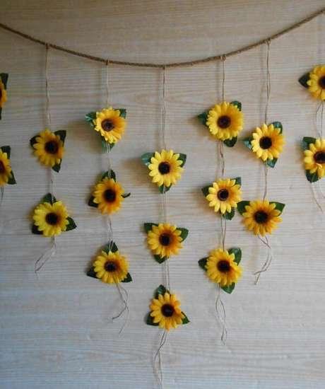 47. Cortina simples feita com flores de girassol de papel. Fonte: Pinterest