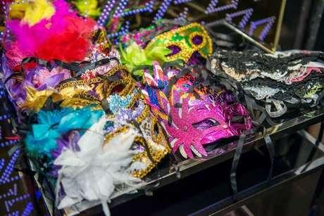 12. Deixe máscaras diversas disponíveis para os convidados durante toda a festa baile de máscaras masculino ou feminino – Foto: Olhar Atual Filmes