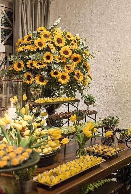 52. Forme um lindo arranjo floral para a mesa do bolo. Fonte: Pinterest