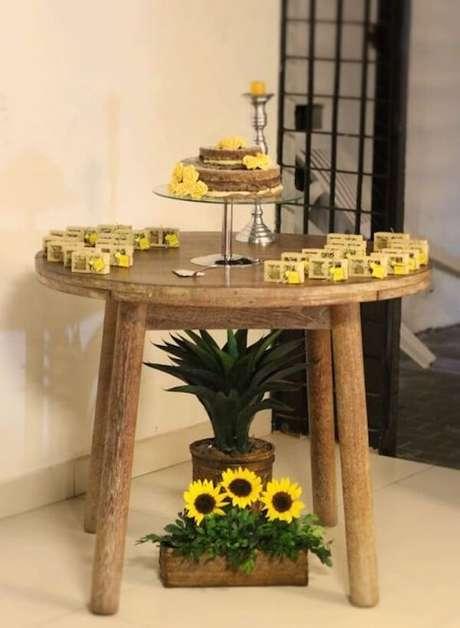 4. Separe uma mesa de madeira redonda para compor a decoração do salão de festas. Fonte: Pinterest