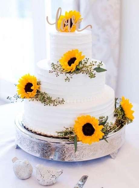 57. Bolo três andares com flores para festa tema girassol. Fonte: Casa e Festa