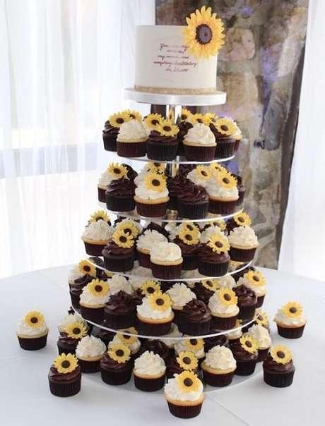 58. Monte uma estrutura criativa para os cupcakes da festa tema girassol. Fonte: Pinterest