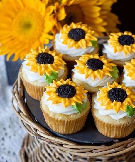 59. Decore os cupcakes da festa tema girassol de forma especial. Fonte: Pinterest