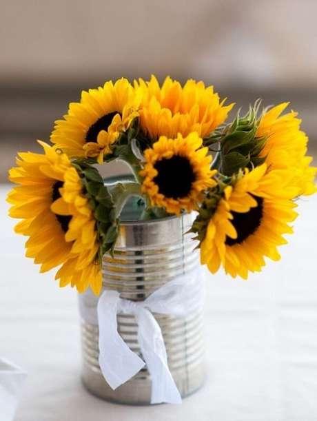 60. Utilize latas de alumínio para decorar a mesa dos convidados da festa tema girassol. Fonte: Casa e Festa