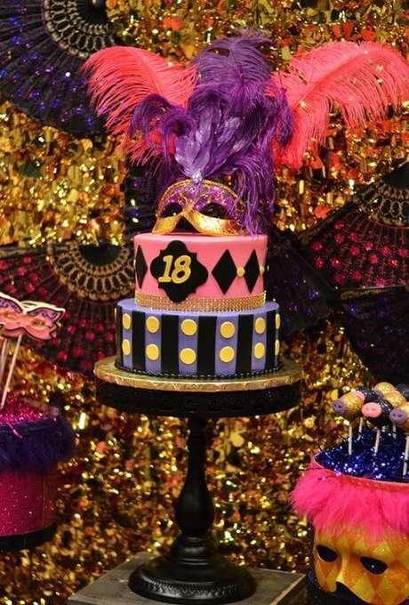 3. Festa baile de máscaras com decoração colorida feita de brilhos e plumas – Via: Decor Fácil