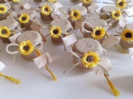 66. Potes de mel servidos como lembrancinha para festa tema girassol. Fonte: Pinterest