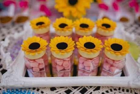 67. Caixinha de acrílico com balas servem de lembrancinha para festa tema girassol. Fonte: Pinterest