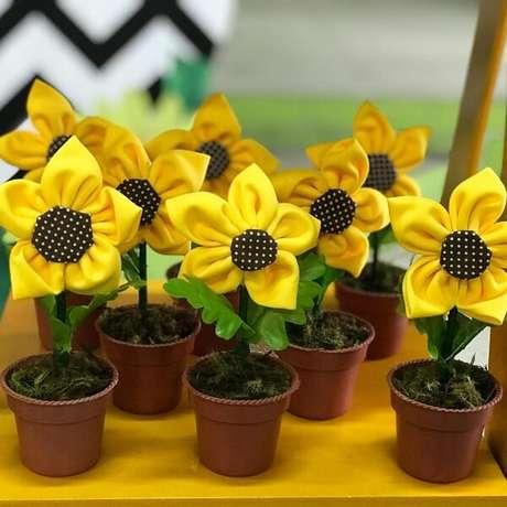 68. Flores feitas de fuxico podem servir de lembrancinha para festa tema girassol. Fonte: Pinterest