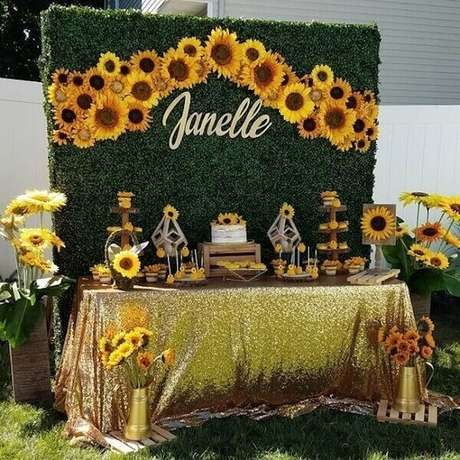 12. Festa de 15 anos tema girassol com painel feito com folhagens. Fonte: Pinterest
