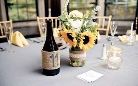 70. Decore a mesa dos convidados com arranjos simples para festa tema girassol. Fonte: Pinterest