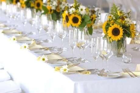 54. Os convidados também merecem uma mesa de festa tema girassol decorada. Fonte: Pinterest