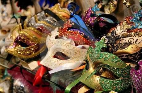 50. Máscaras coloridas e variadas para a festa baile de máscaras – Via: Marcos Santos