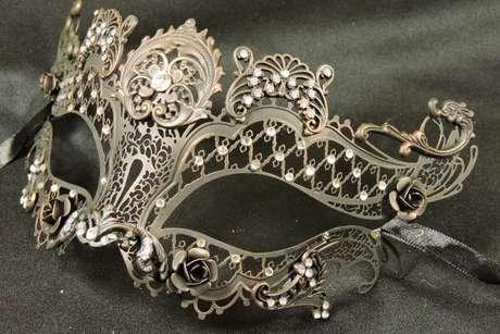 15. Máscaras de baile prateada com pedras brilhantes – Via: Mercado Livre
