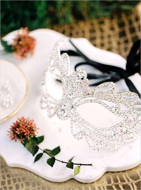 16. Capriche na sua máscara de baile para ter um visual incrível no grande dia – Via: Wedding Chicks