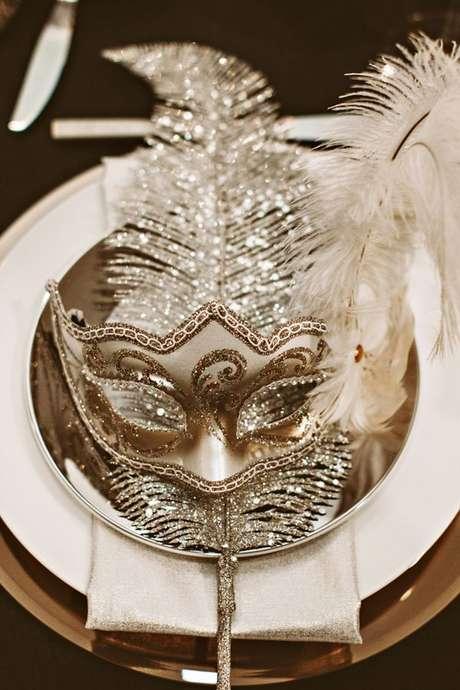 1. Máscara de baile para festa dourada – Via: Pinterest