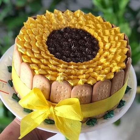 74. Utilize biscoitos de maisena para formar um lindo bolo festa tema girassol. Fonte: Pinterest