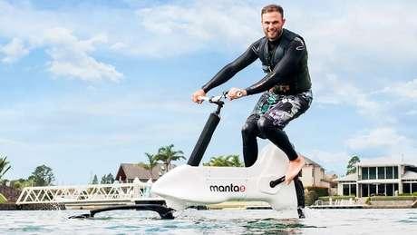 Uma bicicleta aquática elétrica