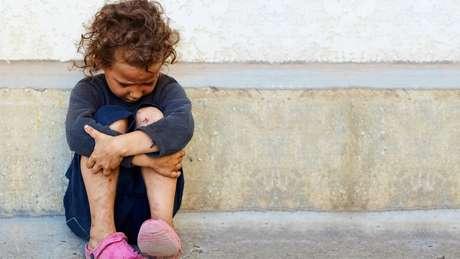 O estudo não especifica que aspectos da privação e negligência afetam o tamanho dos cérebros, mas fica claro que o desenvolvimento da inligência de uma criança é influenciado pelo ambiente e os cuidados que ela recebe na primeira infância